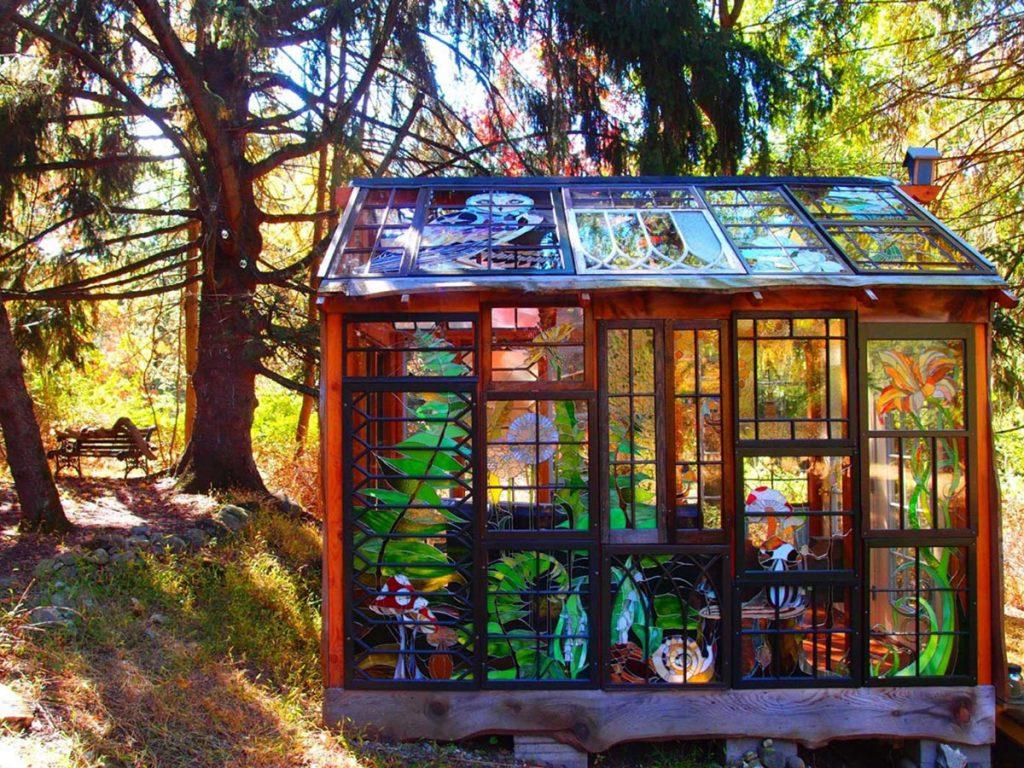 Glass-Cabin-une-cabane-tout-en-vitraux-dans-les-bois-1-1