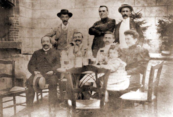 Sauniere-en-famille-cour-du-presbythere