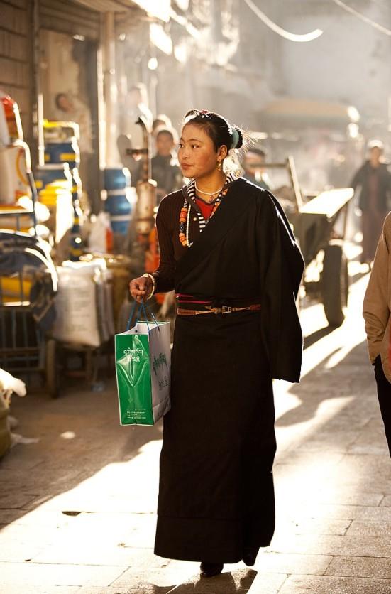 0f2ef-090702_lhasa_tibet_beautiful_tibetan_girl_shopping_morning_elegant_backlight_travel_photography_2img_3610