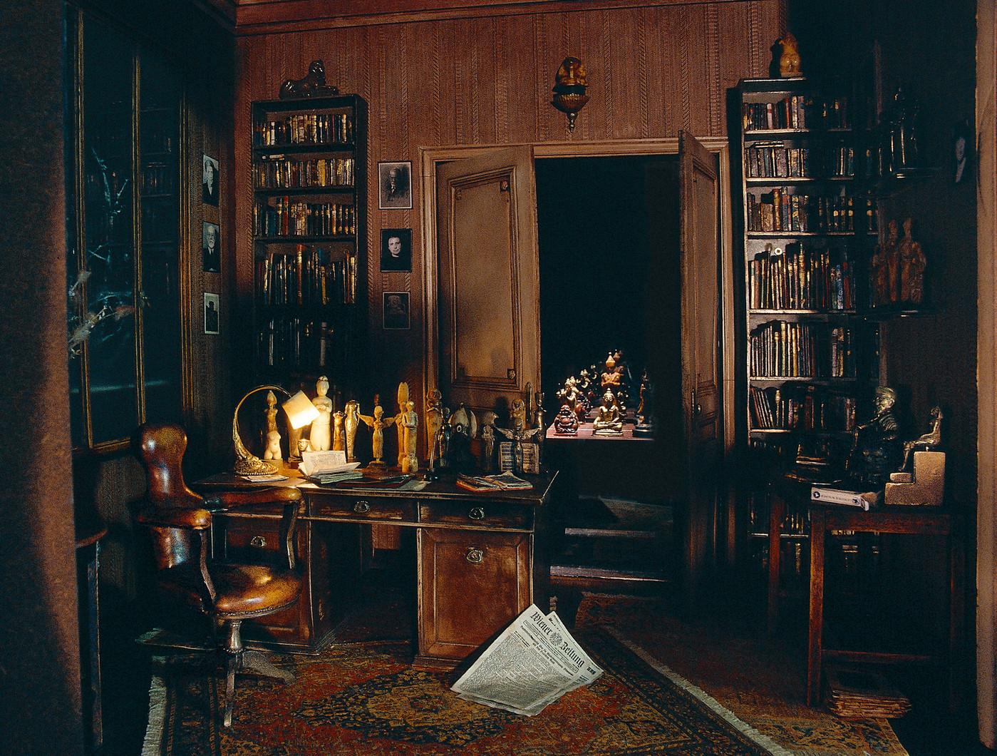 Cabinet-Sigmund-Freud-reproduit-miniature-lartiste-Charles-Matton-2002_0_1399_1060