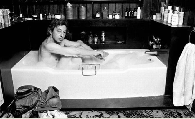 serge-gainsbourg-paris-apartment-tub-black-bathroom